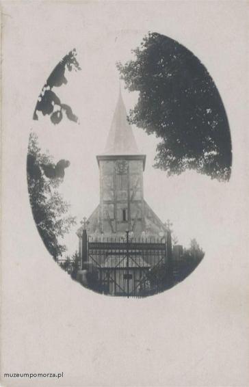 Kościół o konstrukcji szachulcowej wzniesiony w 1727 roku na miejscu starszej świątyni zniszczonej podczas wojen szwedzkich. Wewnątrz zachowało się do dzisiaj bogate wyposażenie z XVII-XIX wieku. Po wojnie kościół rekonsekrowano, czyniąc jego patronką Matkę Boską Częstochowską,