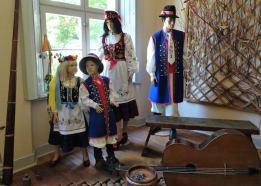 Kaszubskie stroje ludowe z haftem wg szkoły wejherowskiej, wystawa Muzeum Piśmiennictwa i Muzyki Kaszubsko-Pomorskiej