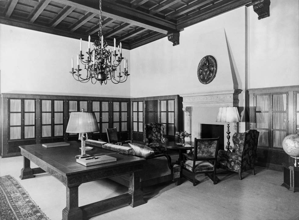 Heinrich Hoffmann, photograph of the library on the second floor of the Old Chancellery in Berlin after the 1934 renovation by the Atelier Troost