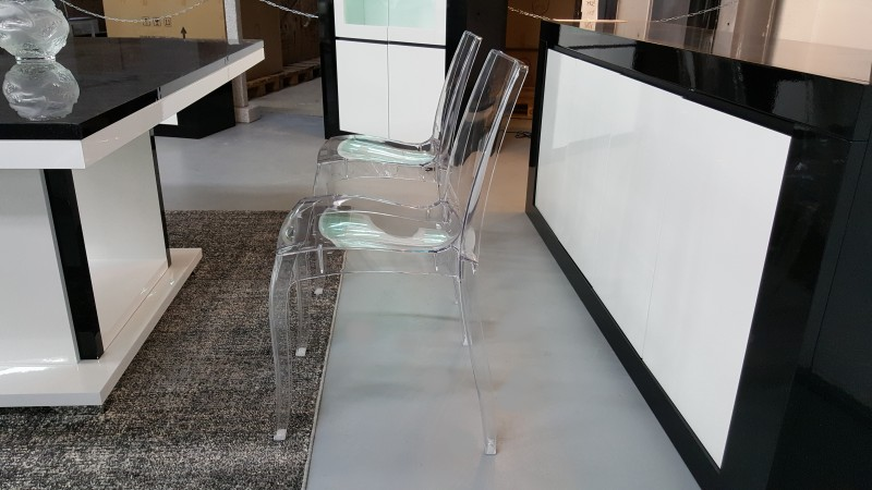 chaise transparente gloria en