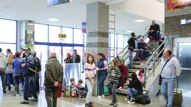 Pasagerii, însoțiți de copii, stăteau inclusiv pe scări și pe bagaje, în așteptarea decolării (Foto: Lucian Anghel)