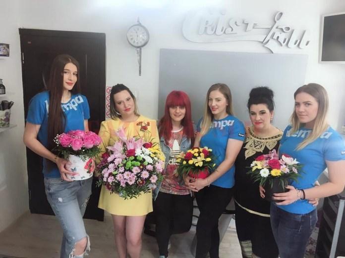 Zilele trecute, trei dintre tinerele jucătoare oltene, Cristina Lung, Andreea Rădoi şi Lorena Stoican au avut parte de câteva momente de relaxare la un salon. Personalul de acolo le-a întâmpinat pe fete cu buchete de flori