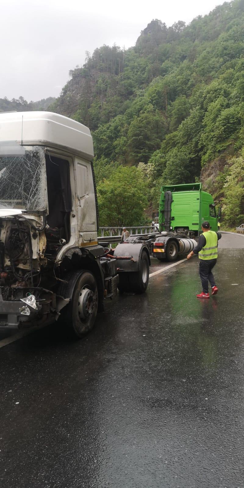 Traficul este blocat pe Valea Oltului dupăp accidentul dintre două autocamionae