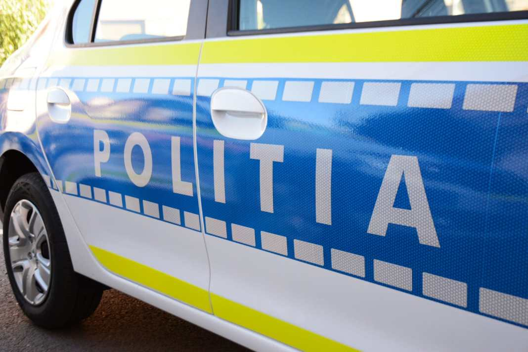 Polițiștii au deschis în acest caz un dosar penal pentru conducere fără permis și sub influența substanțelor psihoactive