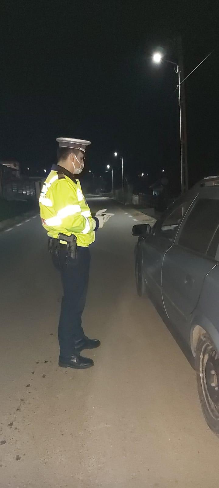 O tânără fără permis a fost depistată de polițiștii din Drăgășani la volanul mașinii prietenului. Cei doi s-au ales cu dosare penale