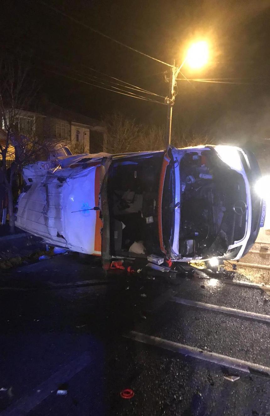 O ambulanţă care transporta o pacientă cu COVID s-a răsturnat în Vrancea