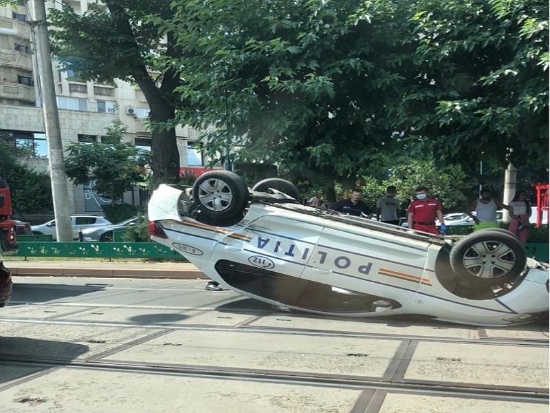 O mașină de poliție s-a răsturnat într-o intersecție în București (sursa foto: stiri pe surse)