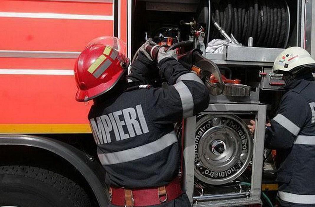 Două gospodării, devastate de un incendiu provocat intenţionatl provocat de explozia unei butelii