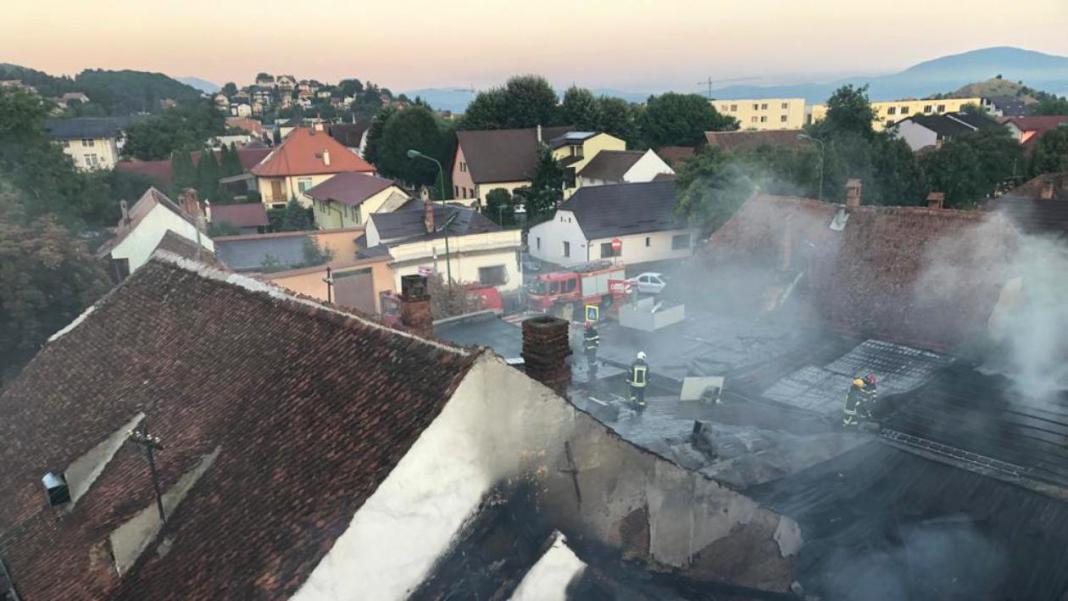 Un incendiu a afectat un restaurant din Brașov şi două depozite de încălţăminte