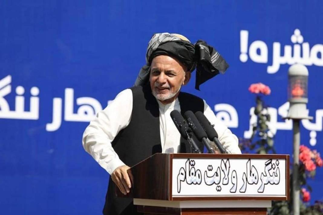 Preşedintele Afganistanului ar fi fugit cu patru maşini şi un elicopter pline cu bani