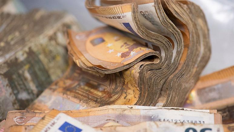 Banii deteriorați sunt uscați, prelucrați și apoi distruși