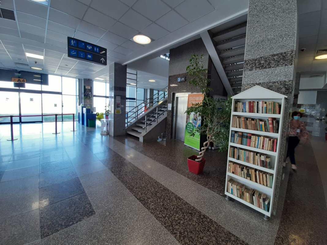 """Bibliotecarii au transportat la Aeroportul Craiova încă 1500 de cărți, care completează fondul de carte existent la terminalul """"plecări"""""""