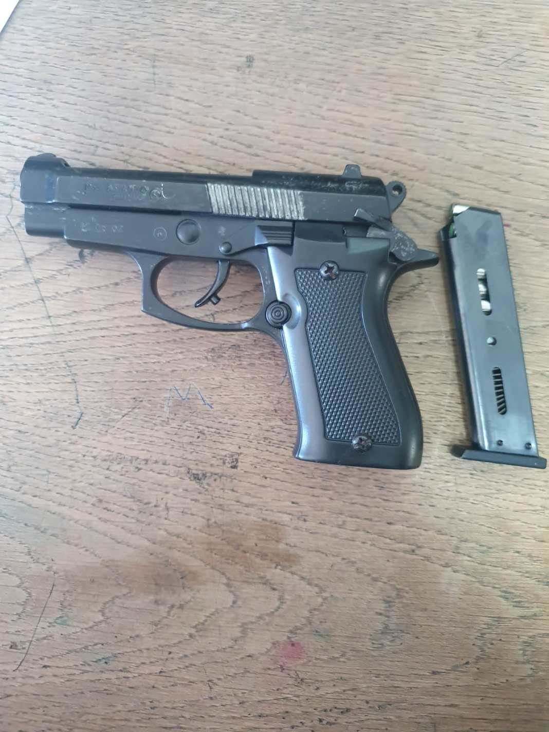 Amenințat cu pistolul chiar în fața locuinței sale