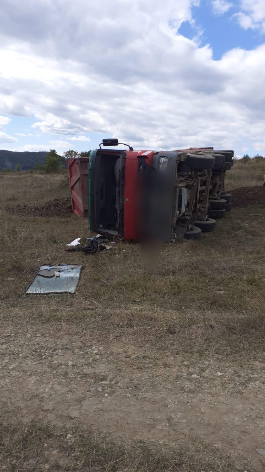 Un bărbat, care conducea un camion încărcat cu balastru, în stare gravă după ce s- răsturnat cu autovehiculul pe câmp