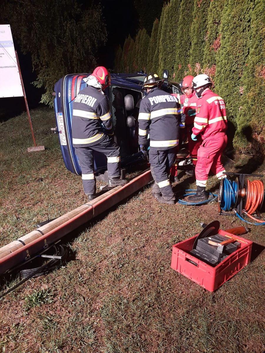 Un bărbat a murit după ce a intrat cu maşina într-un stâlp de beton