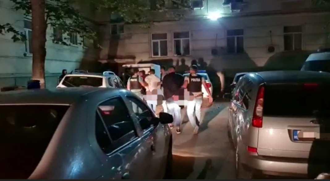 Un tată şi cei trei fii, arestaţi după ce au bătut o familie la mall