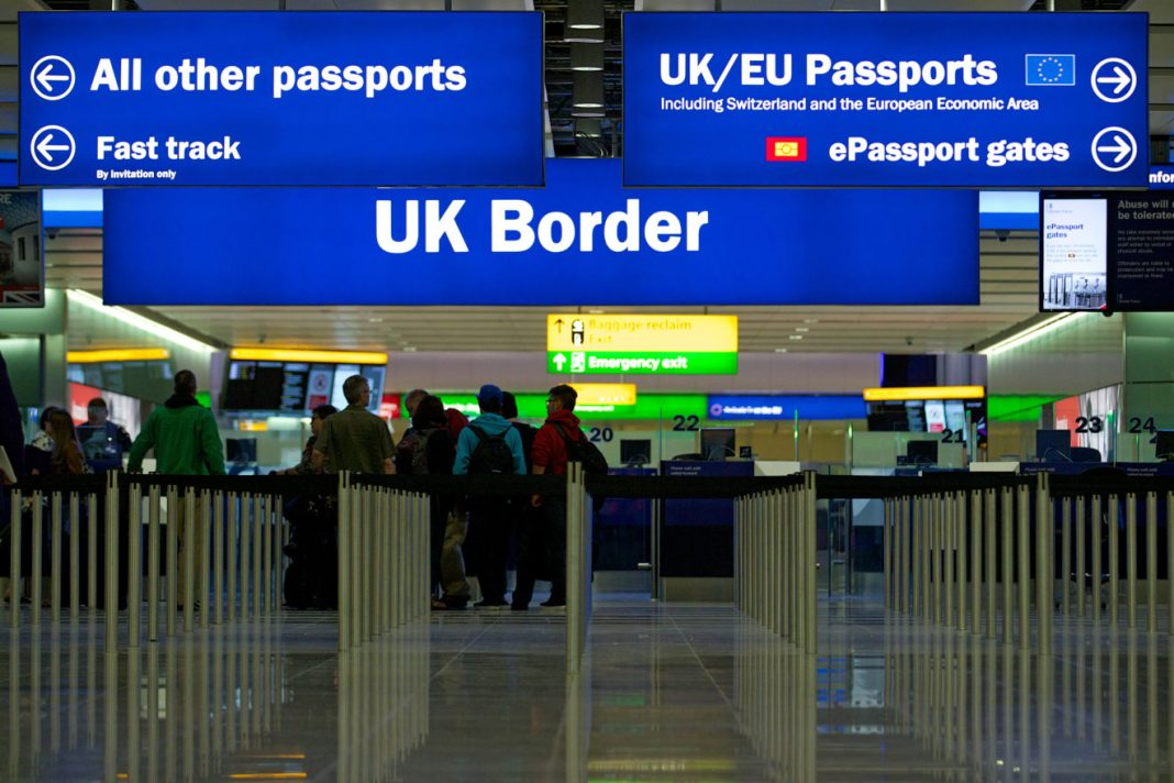 Românii fără rezidență în Marea Britanie au nevoie de pașaport pentru a intra în această țară