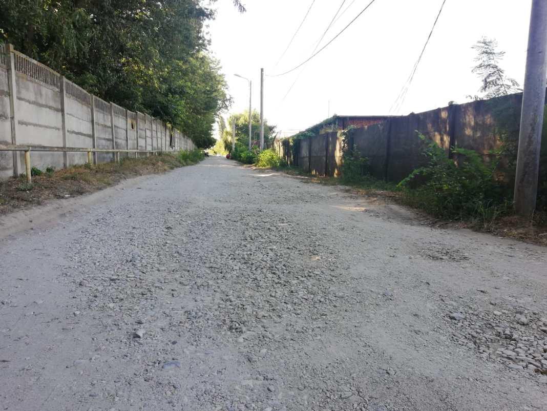 """O lopată de asfalt. Craiovenii care locuiesc pe strada Fântâna Popova, tronsonul din spatele Parcului """"Romanescu"""", aşteaptă de la Revoluţie ca asfaltul să ajungă şi pe """"uliţa"""" lor"""