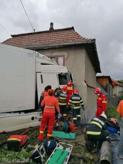 Trei răniţi după ce un tir a intrat într-o casă