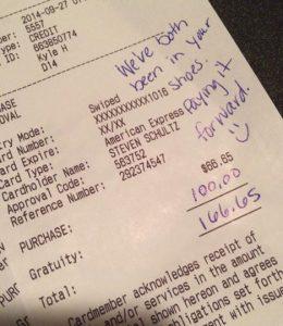 Après un service horrible au resto, ce couple laisse ce mot sur l'addition!