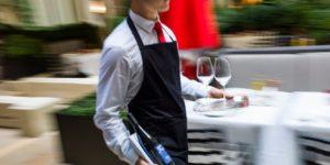 Canada : pas impoli mais Français, plaide un serveur licencié pour agressivité