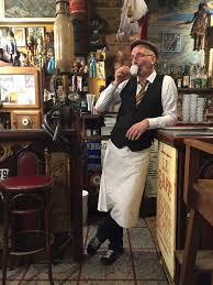 Un job de serveur au coin de la rue à Paris? Pas si simple, selon les restaurateurs