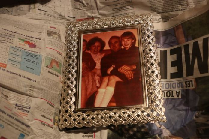 A photo of Jen with her parents, wrapped in newspaper, in her home near Dunkirk (North), November 10, 2020. & nbsp; (VALENTINE PASQUESOONE / FRANCEINFO)