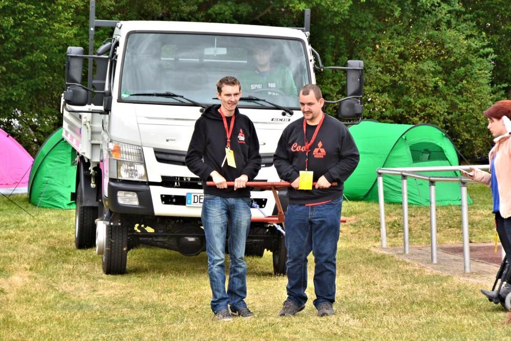 Am drei, ja? Two gearheads prepare to pull a Mitsubishi Canter at Elbetreffen.