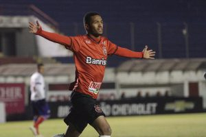 Felipe Garcia abriu o placar, e marcou o sexto gol na Série B. Foto: Carlos Insaurriaga