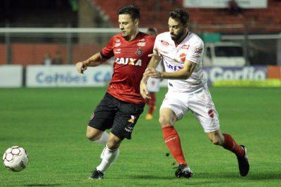 Rafinha fechou o placar com um golaço de falta, no final do jogo. Foto: Carlos Insaurriaga