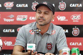 João Goulart concedeu entrevista coletiva nesta tarde de sexta (Foto: Carlos Insaurriaga)