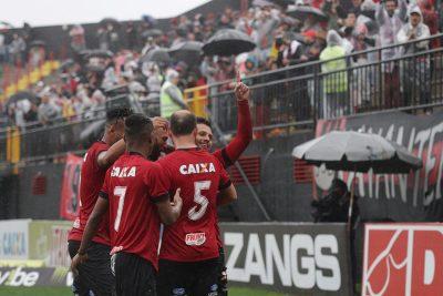 Rafinha comemora com o grupo. Jogador marcou os dois gols na vitória sobre o CRB. Foto: Carlos Insaurriaga