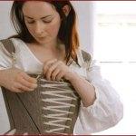 Comment mettre une robe au 18ème siècle