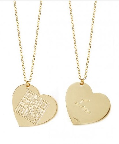 Dillo con un codice QR: scegli il tuo messaggio e incidilo sui gioielli Miriam Merenfeld