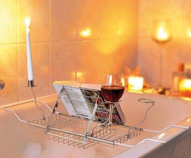 Preparale un bagno caldo e... il vassoio con leggio, portacandela e portabicchiere per vasca da bagno