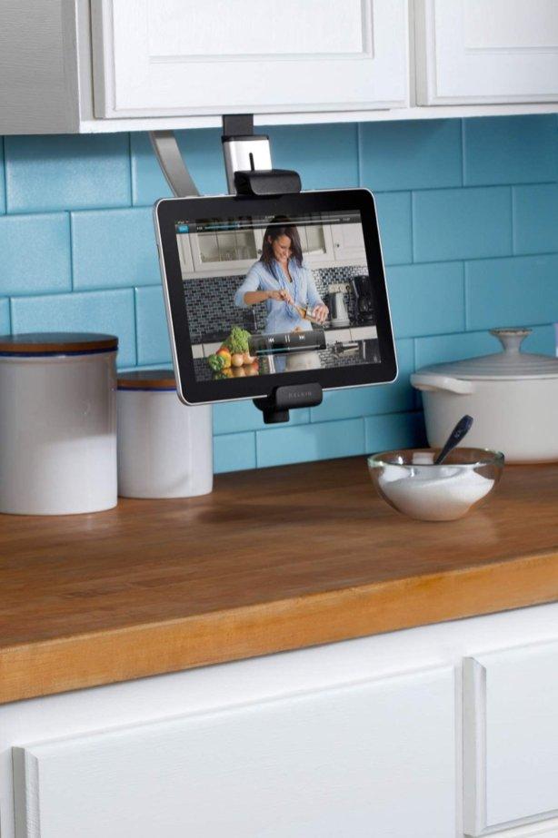 Questo supporto è l'ideale se hai l'abitudine di preparare i cibi sul ripiano di marmo della cucina: lo incastri agli scaffali degli armadi e l'iPad sta ad altezza di occhi e ben protetto. Lo trovi su Amazon.com