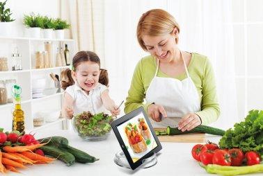 Leggio in plastica trasparente: una delle soluzioni più economiche (poco più di 20 euro), ideale semplicemente per tenere l'iPad in piedi mentre leggi la ricetta. Nella confezione sono incluse due buste protettive per l'iPad. Lo trovi su Amazon.it
