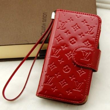 Rossa e laccata, con spazio per le tue carte di credito e logo Louis Vuitton (Phone Fancy, 43 euro)