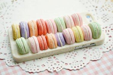 Fatta a mano, foderata di golosi macarons color pastello. Per dolci fan di Laduree (Etsy, 24,48 euro)