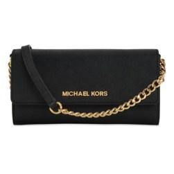 A borsetta, con tracolla e scomparti multifunzione. In pelle saffiano (Apple Store, 149,95 euro)