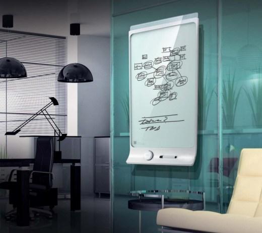 """Il loro slogan è """"La lavagna scrivi e cancella reinventata"""". Smart Kapp è una lavagna intelligente che permette di salvare e condividere il contenuto in tempo reale su PC, smartphone e tablet. Già disponibile sul sito ufficiale."""