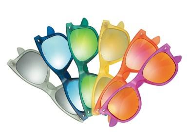 Coloratissimi, i nuovi occhiali da sole polarizzati Polaroid ti proteggono dai raggi UV al 100% (73 euro, su Amazon)