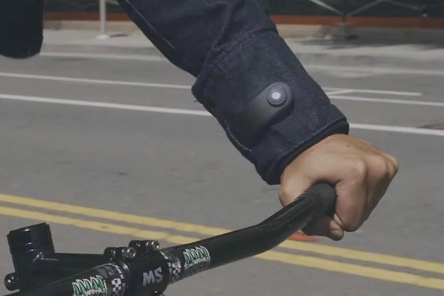 Il braccialetto USB di silicone serve per ricaricare la batteria della giacca e per accedere a funzioni supplementari