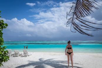 Lokalna plaża bikini na wyspie Huraa