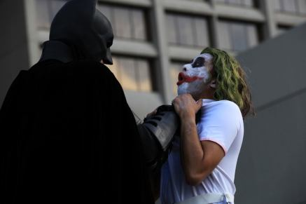 Batman choking the Joker @ Dragon Con 2012