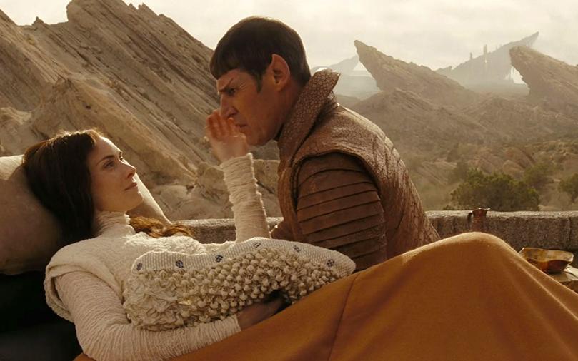 El padre vulcano y la madre terrícola de Spock en la superficie del planeta Vulcano