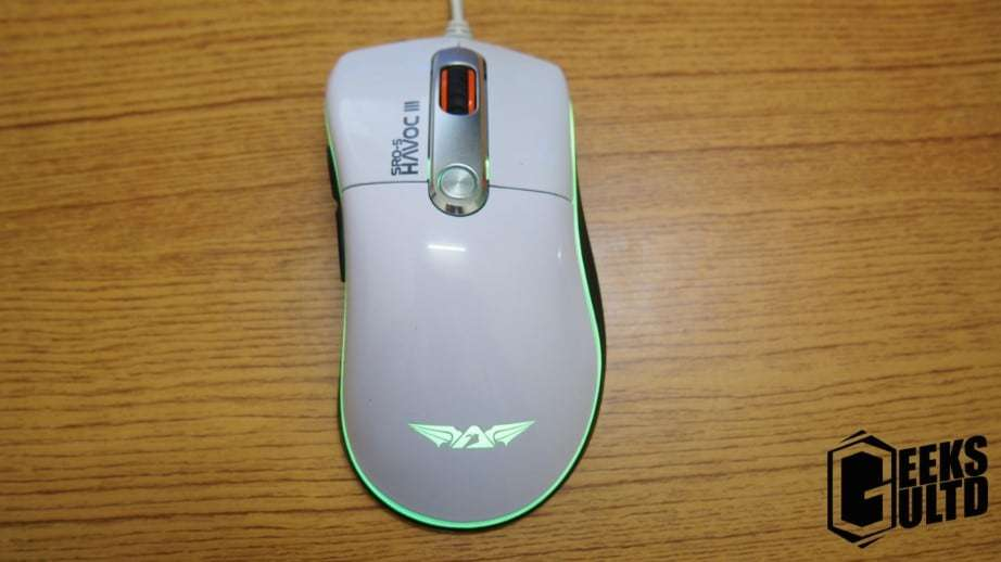 On the top of the mouse you'll find the DPI Button, the Left and Right Click Buttons and the scroll wheel