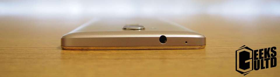 On the top of the phone you'll find a headphone/earphone jack.