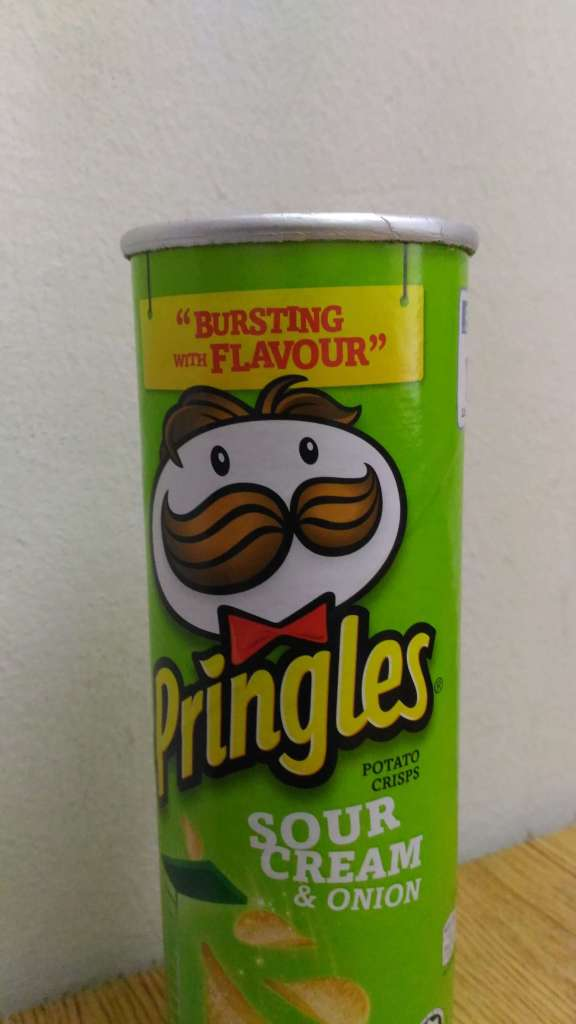 Here's an indoor shot, do note the fuzziness on the edges of the Pringles box