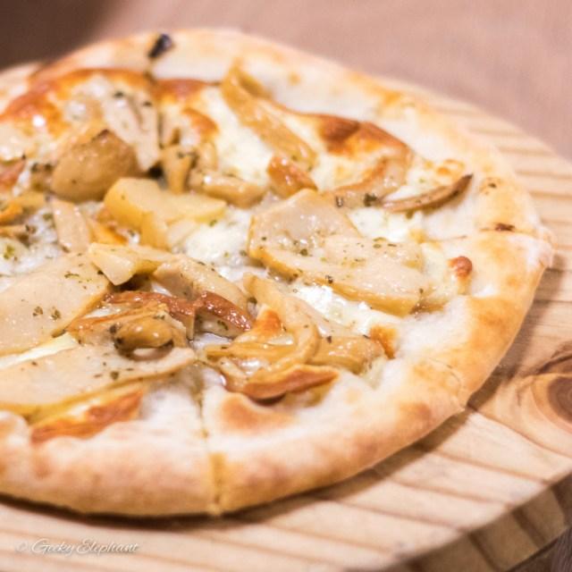 """Ricciotti Pizza Pasta Grill: 9"""" Porcini E Scamorza Pizza"""